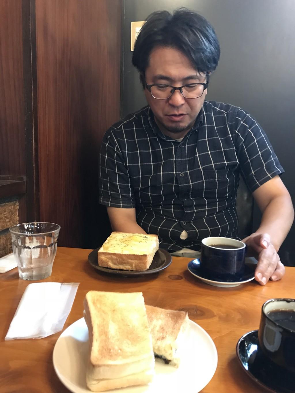 純喫茶で食事する賢茂エイジ